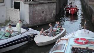 Niet zo gek dat Amsterdam al die bootjes in de grachten een beetje wil reguleren...