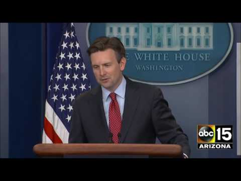 Media asks Josh Earnest why President Obama was playing golf while Donald Trump in Louisiana flood