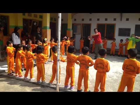 Kinderen zingend met Santos onze manager in Indonesië.