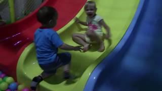 Детский Игро Бум.Маша на батуте.Катается с горки. Видео для детей.