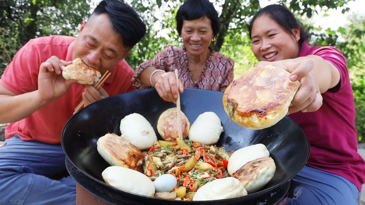 家里板栗大丰收,老妈下厨露一手,茄子贴饼蘸汤,馋的大洋泪汪汪【陈说美食】