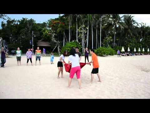 แข่งขันกีฬาริมชายหาด โยนลูกโป่งน้ำ บ้านกลางอ่าว บีช รีสอร์ท