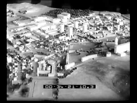 Mussolini in visita nei cantieri dell'Eur visiona i plastici del Piano regolatore del quartiere