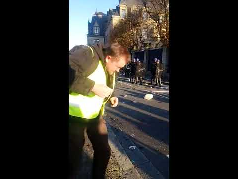 Manifestation gilets jaunes Quimper ( 29 ) 17/11/18 Tir à moins de 5m Flash-ball en plein visage !!