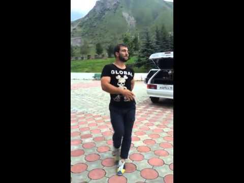 Осетин танцует прикол)))