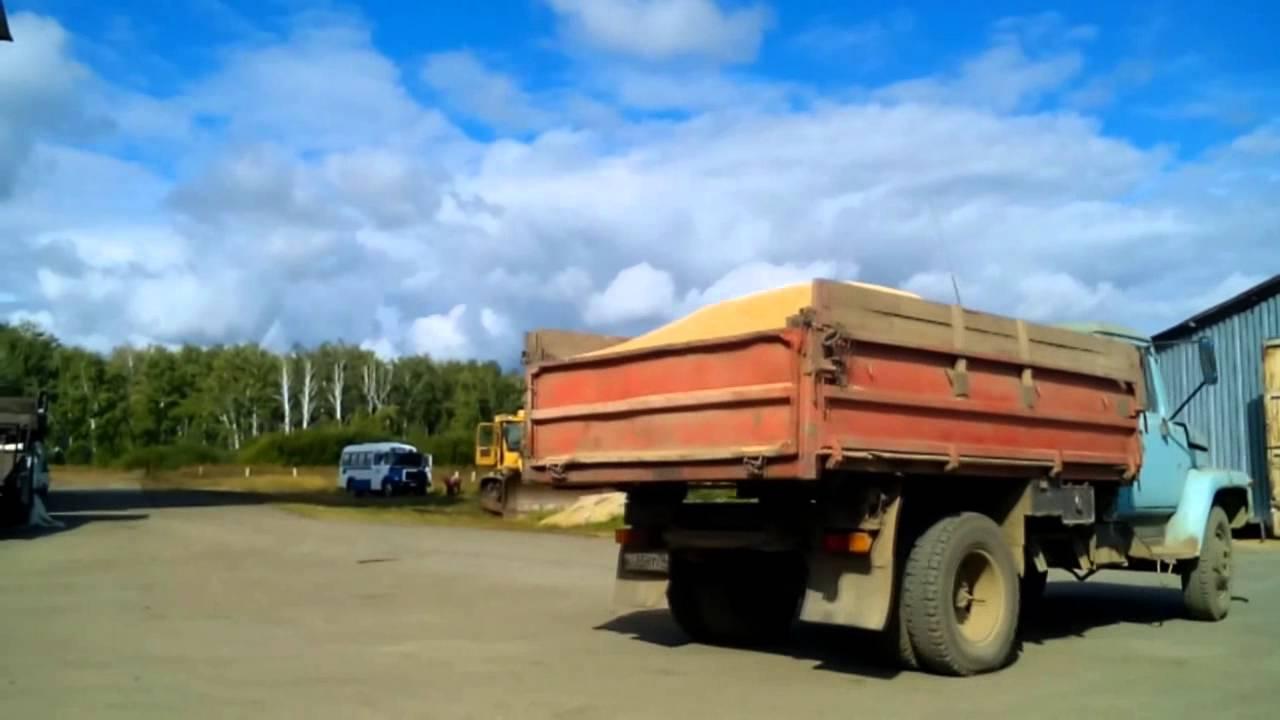КамАЗ 45143 и ГАЗ САЗ 3507 на работе с зерном - YouTube