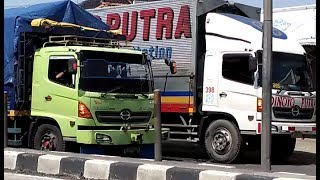 truk gandeng Hino Ijo vs truk Box Hino Putih Dinoyo Putra