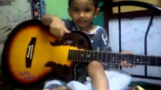 budak kecil main gitar