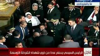 بالفيديو.. «السيسي» يتوجه إلى والد أحد الشهداء «قعيد» لتسليمه وسام التكريم