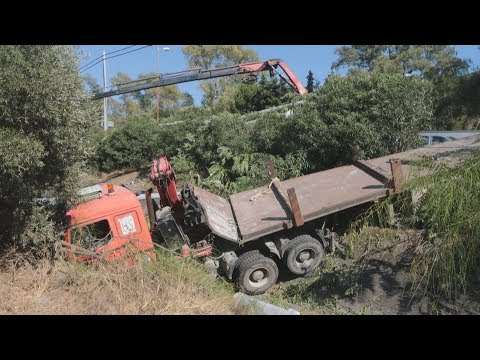 Τροχαίο με φορτηγό που μετέφερε κολώνες της ΔΕΗ