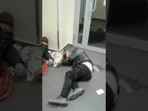 Бомжи в Сбербанке. Г Реутов юбилейный проспект 24/7.   (14.04.17.)