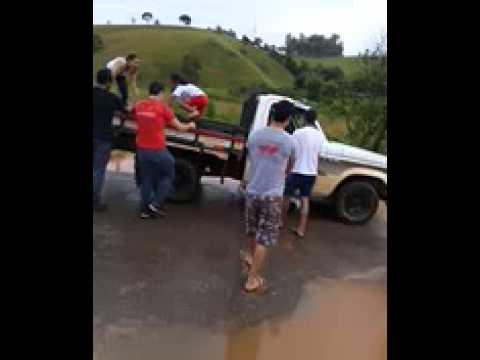"""Lotação para atravessar a enchente para o loteamento """" Mathias Bueno """" Juruaia-Mg"""