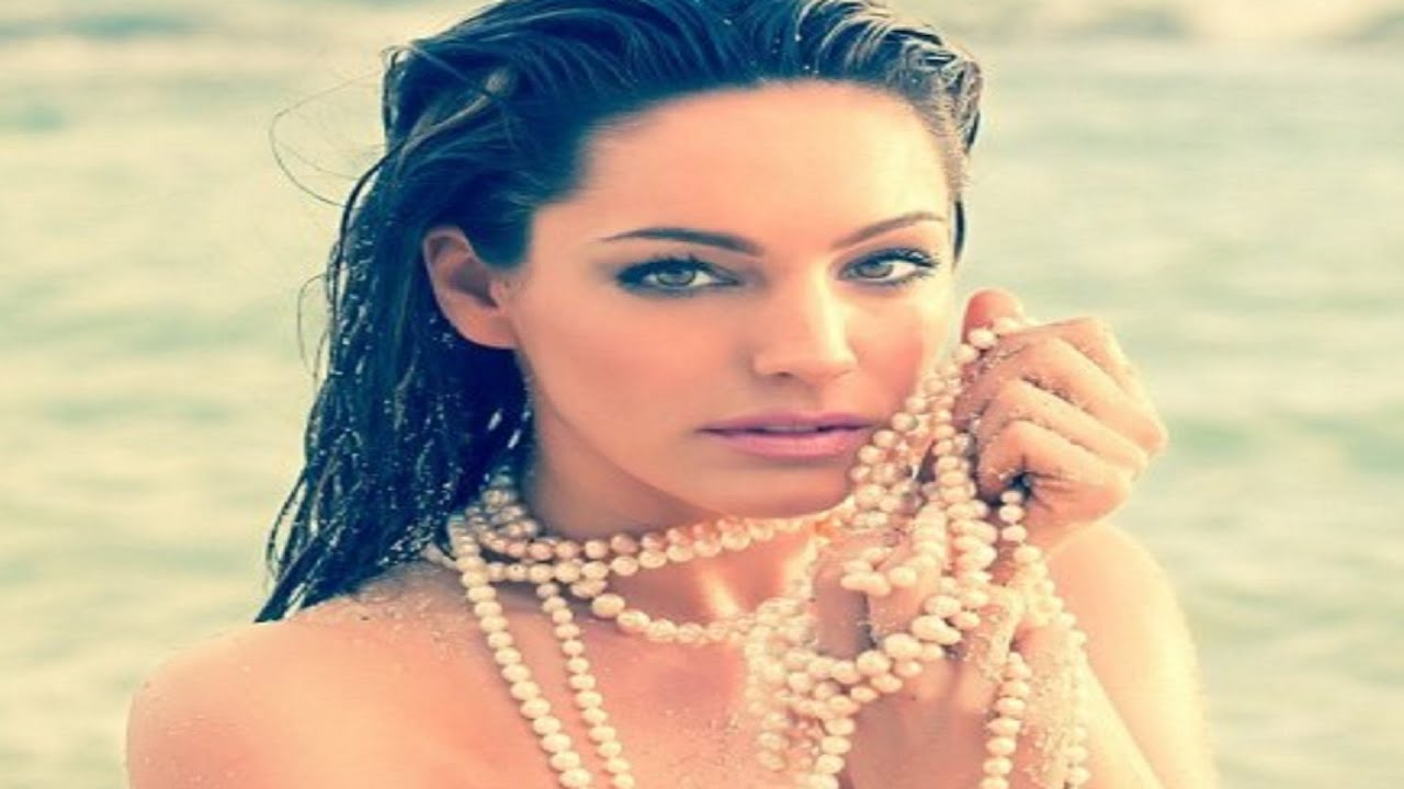 Kelly Brook Wears Nothing But A Pearl Necklace In Her Sexiest Ever  Throwback Shoot