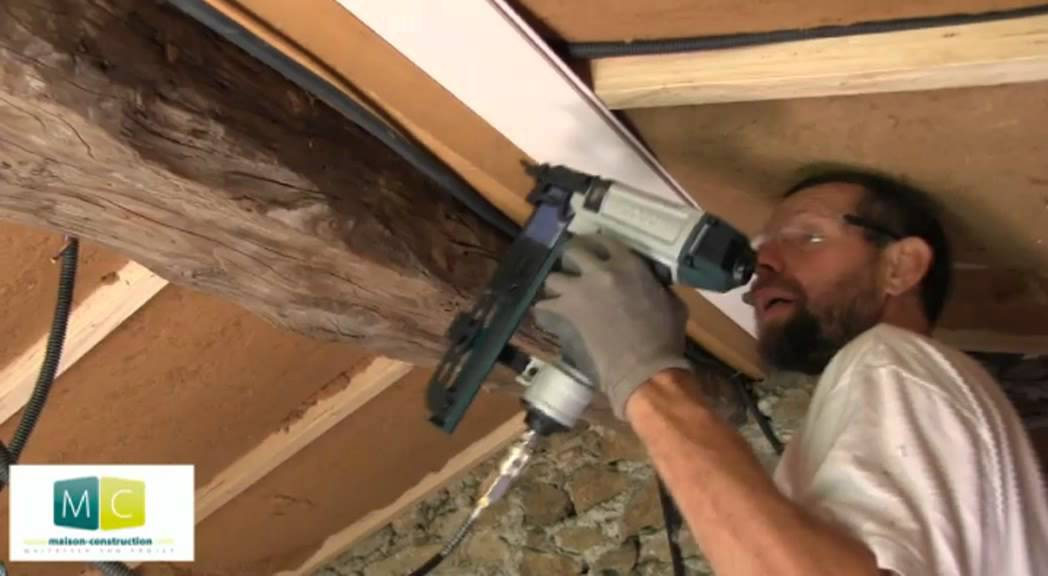 Pose lambris large sur plafond laying wood panels youtube for Pose lambris pvc sous avant toit