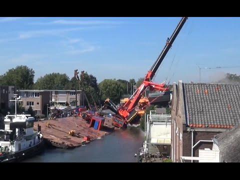 Julianabrug valt samen met 2 bouwkranen op huizen ( HD )