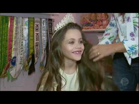 Menina de 7 anos bate recorde de títulos de concurso de beleza