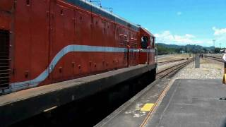 [HD] The Taiwan TRA GM EMD R139 haul the up Chu-Kuang Express Train no. 29 depart Taitung Station