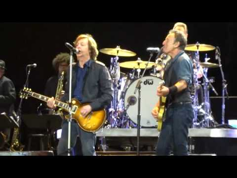 bruce springsteen paul mccartney saw her standing there hard rock calling london 2012. Black Bedroom Furniture Sets. Home Design Ideas