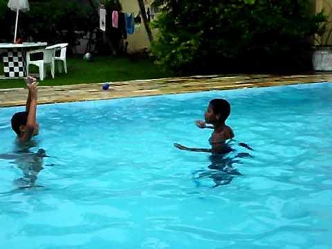f rias 2011 crian as na piscina youtube