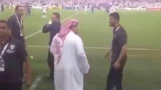 اثناء خروجه بعد الطرد محاولة اعتداء جيان على رئيس نادي الهلال عبدالرحمن بن مساعد