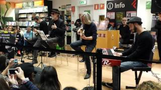 Francesco De Gregori @ Non È Buio Ancora (Not Dark Yet) [Live Feltrinelli Bari 09.11.2015]