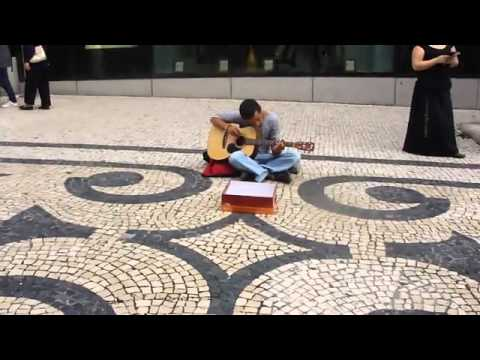 Carlos , Músico de rua.