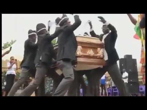 Весёлые похороны: танцы с гробами на плечах / Мем из интернета\\