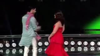 رقصة كارينا كابور خان مع سيدهارث مالهوترا يجننو مع بعض 😍😍