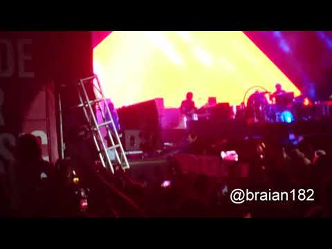 Brandon Flowers falls down of the stage (The Killers @ Asuncionico 2018 21/04/18)