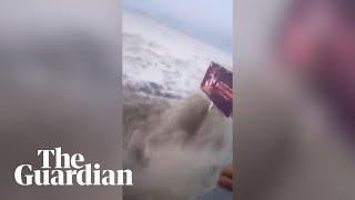 Video Massive wave hits Palu in Indonesia download MP3, 3GP, MP4, WEBM, AVI, FLV November 2018