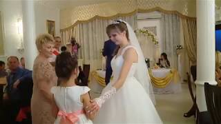 Маленькая сестренка невесты поет на свадьбе