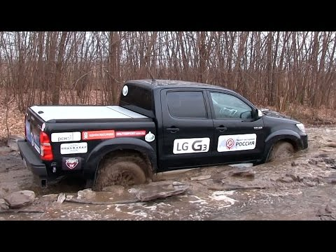 Toyota HiLux - Offroad спасаем трактор!