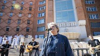 Download Lagu Brescia, medici e infermieri intonano «Il mio canto libero» sulla scalinata dell'ospedale... mp3