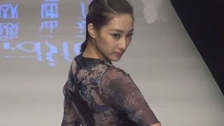 2013年春夏向けの新作を発表するファッションイベント「チャイナ・...