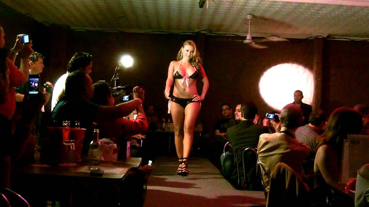 Maryel Valverde Pasarela Casa Zeller Octubre 2011 Video 1  YouTube