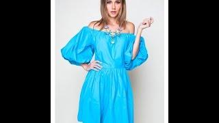 Платье с открытыми плечами и со сборкой.