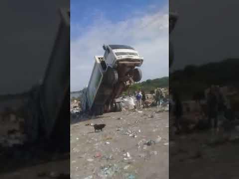 #INSÓLITO - PARANÁ | Camión recolector colapsó de basura y quedó trabado en el volcadero