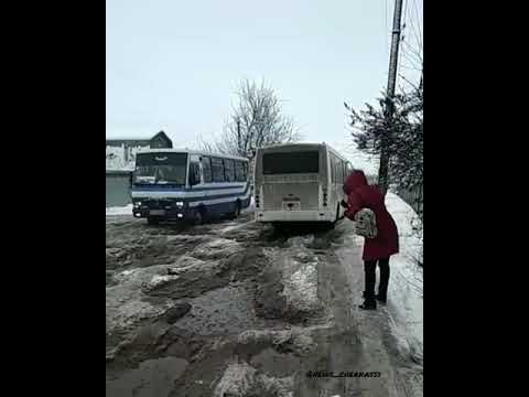 Ужас на дороге. Люди выходят с автобуса, что-бы он переехал ямы.