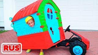Влад и Никита играют и ремонтируют детский игровой домик