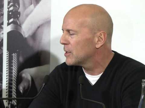 """Bruce Willis fait la promotion du film """"Red"""" de passage à Paris"""