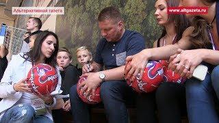 Известный футболист открыл новое поле в Хотьково