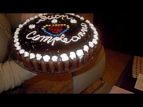 Torta al cioccolato fondente con glassa al cioccolato e - Decorazioni torte con glassa ...