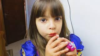 LAURINHA BRINCANDO DE LIMPAR A CASA! HELPS MOMMY! KIDS PRETEND PLAY WITH CLEANING TOYS!