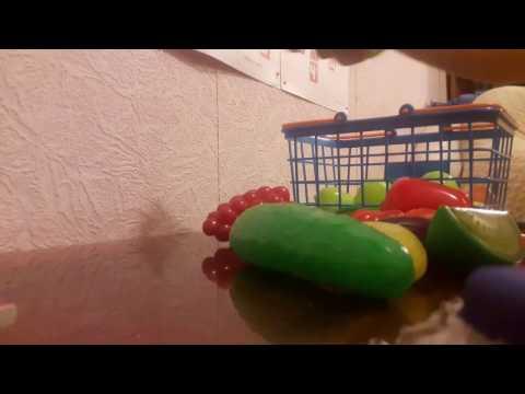 Toy vegetables.  The early development of children.Корзина с овощами и фруктами.