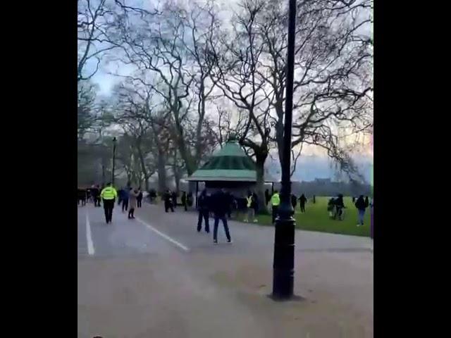 انگلیس درگیری بین مردم معترض به قرنطینه و پلیس در هاید پارک لندن