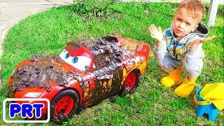 Nikita e lavagem de carro de brinquedo vermelho