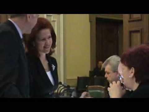 Solvita Āboltiņa (JL) piedāvā deputātiem kopīgi iedzert