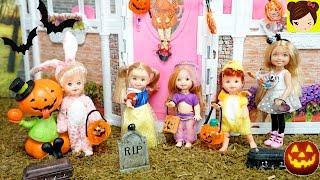 Barbie Chelsea y Las Bebes de Elsa y Ana piden Dulces en Halloween - Villanos y Casa Embrujada