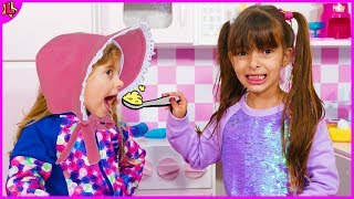 Laurinha e Helena brincando de babá e aprendendo cores em inglês - learn colors in English
