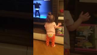 Малышка круто танцует! Смотреть до конца,Смешное видео Смешные дети маленькая фанатка Джастина